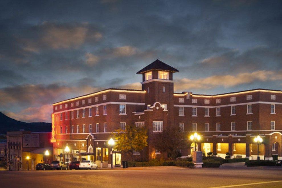 历史悠久的哈萨雅姆帕酒店自1927年以来一直在普雷斯科特市中心。