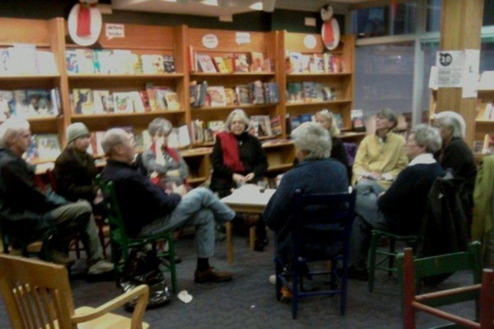 国际神秘俱乐部讨论他们的新书。