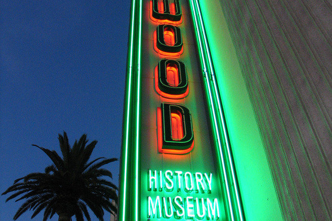 Hollywood Museum neon sign