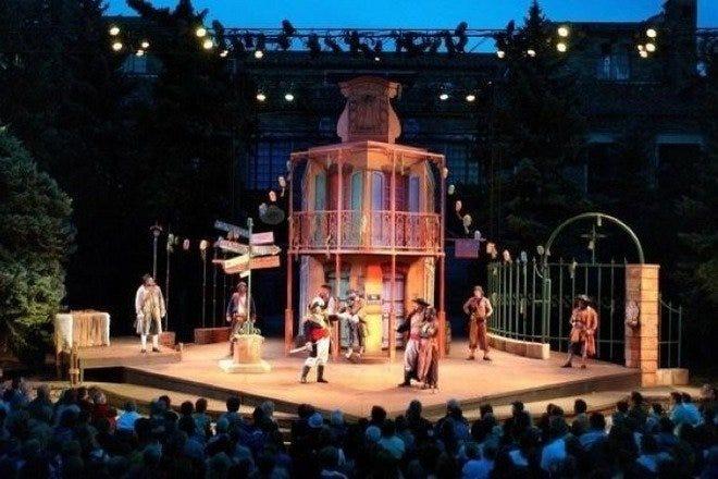 兼任美国著名的科州莎翁戏剧节