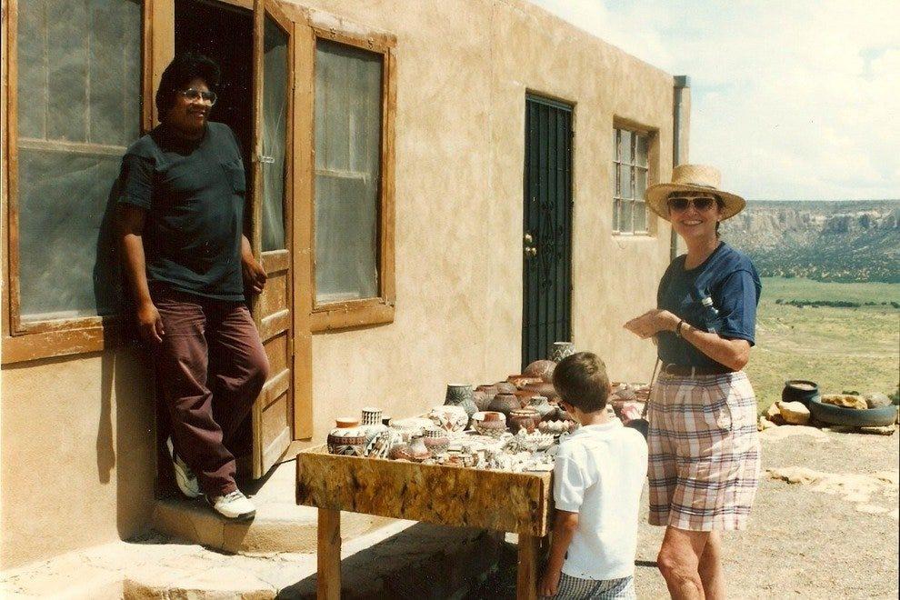 作者的母亲和儿子在Acoma买陶器