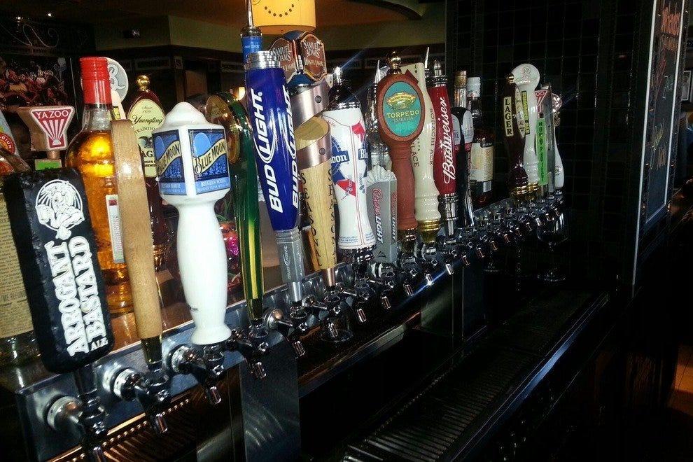 低重力啤酒-和通常的品牌-在酒吧路易