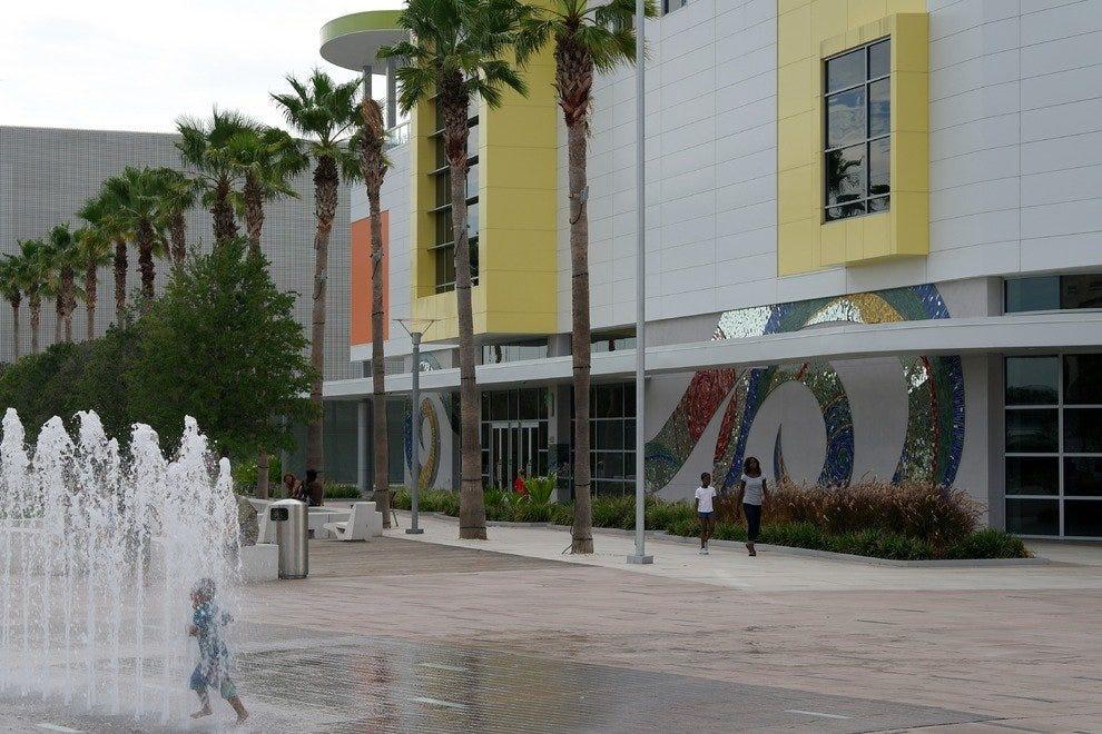 格拉泽儿童博物馆前面是柯蒂斯·希克森公园,喷泉是为跑步而设计的。