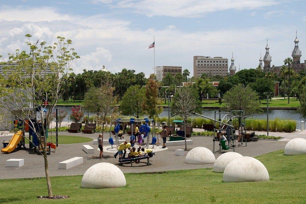 孩子们将享受大型游乐场,成年人将喜欢柯蒂斯希克森公园的景色。
