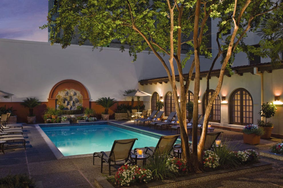 Riverwalk hotels in san antonio for Pool show san antonio