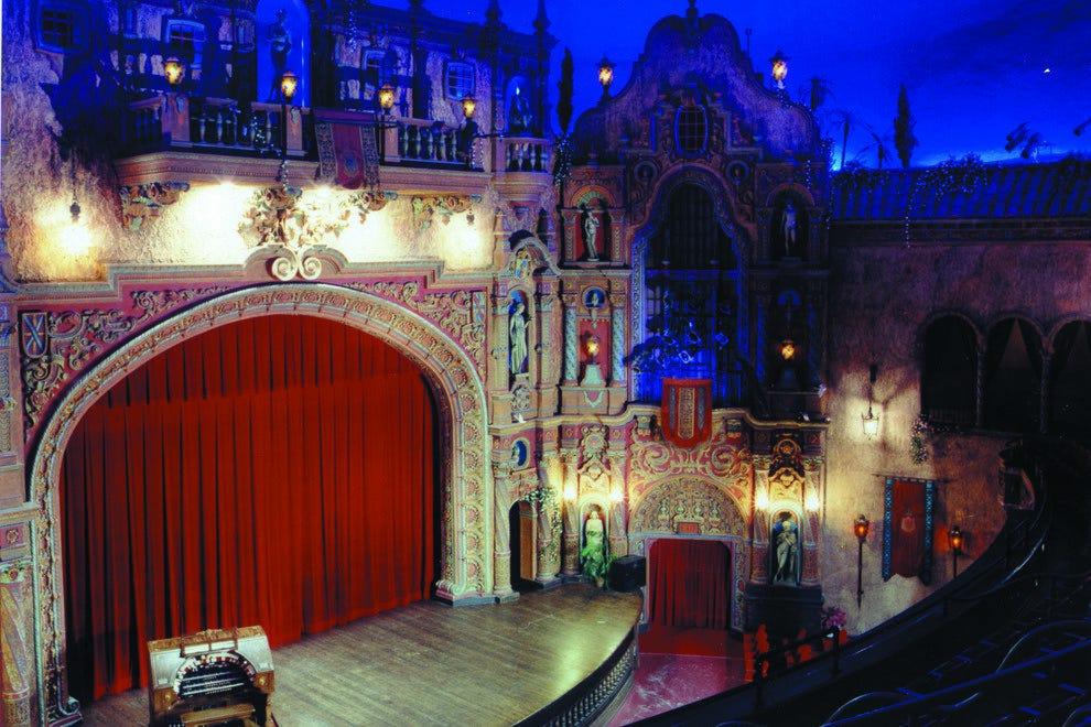 当你走进装饰精美的剧院时,魔法就开始了,满天繁星