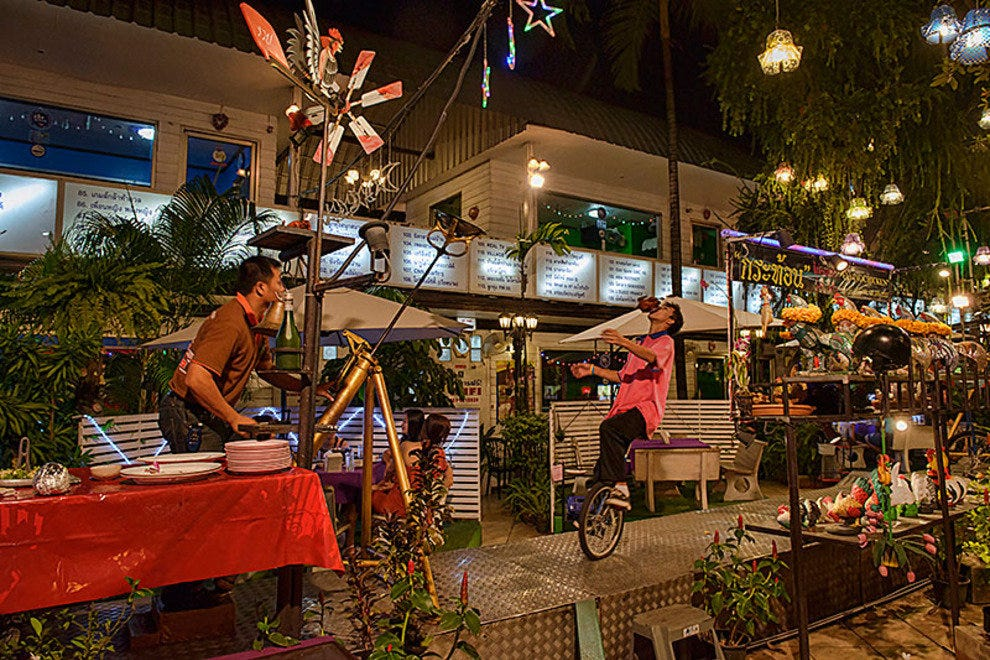 Family friendly restaurants in bangkok for Restaurants for big groups