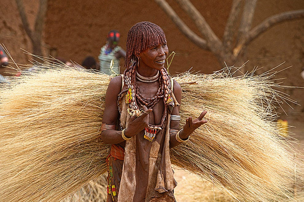 Hamer woman with straw bundle at a weekly market