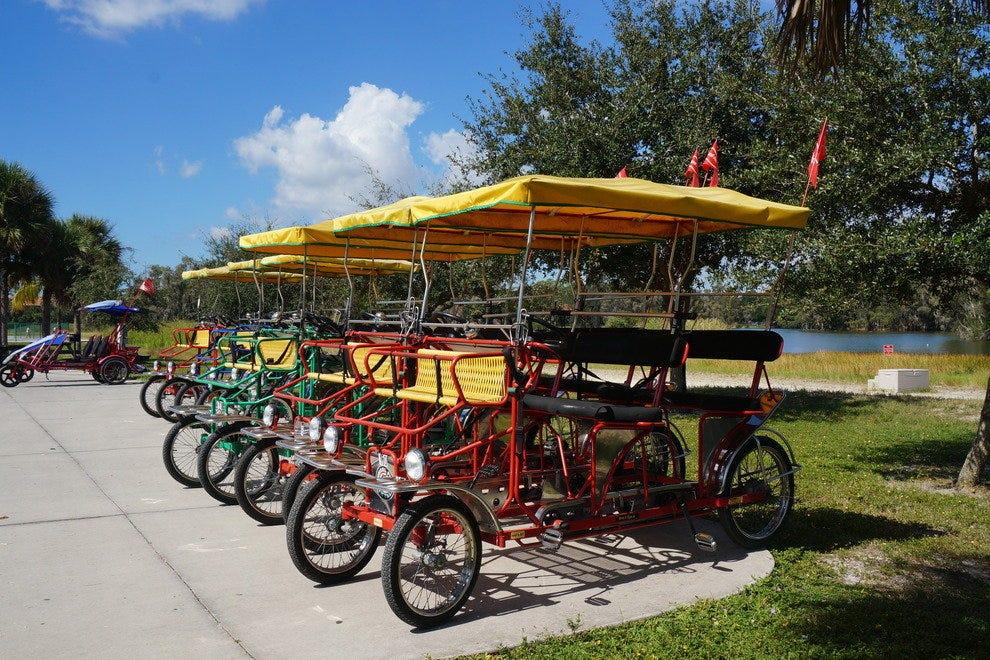 租自行车和船是探索公园的乐趣