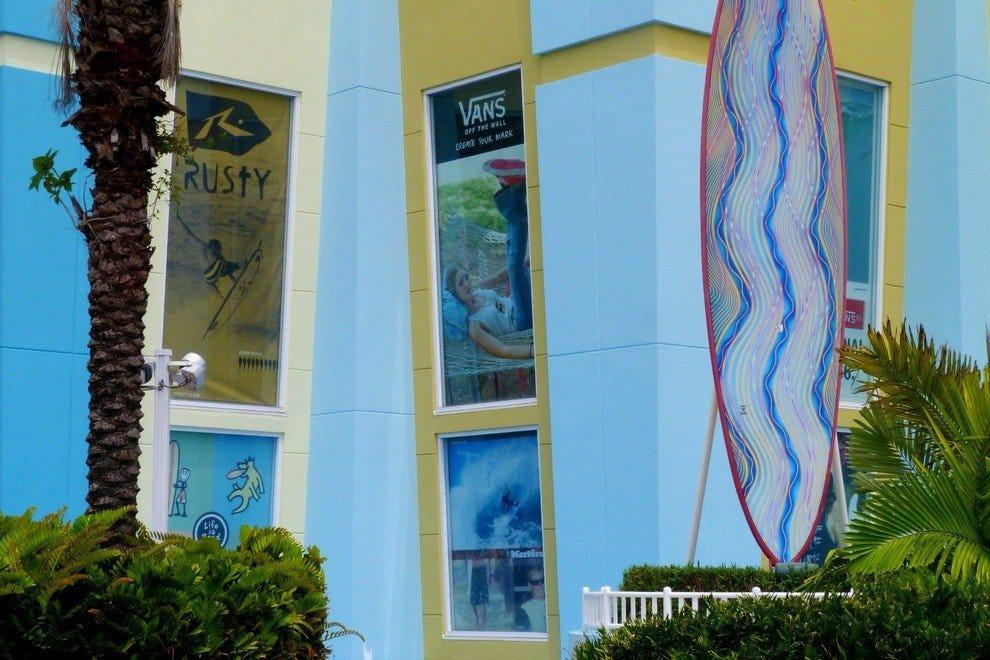 可可海滩冲浪公司是世界上最大的冲浪综合设施