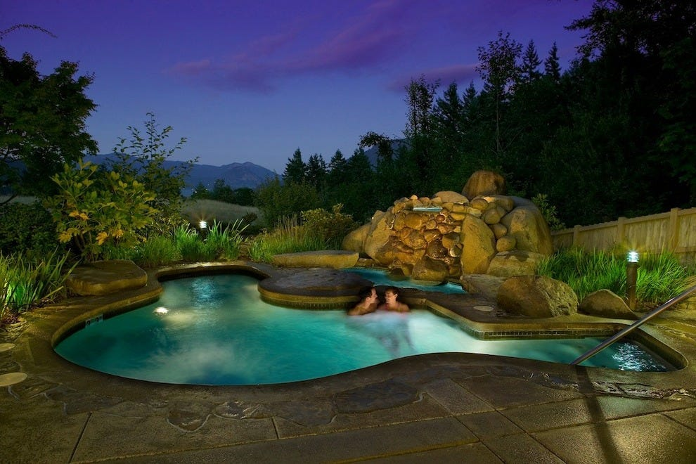 Guests relish Skamania Lodge's sensational hot tub with a view