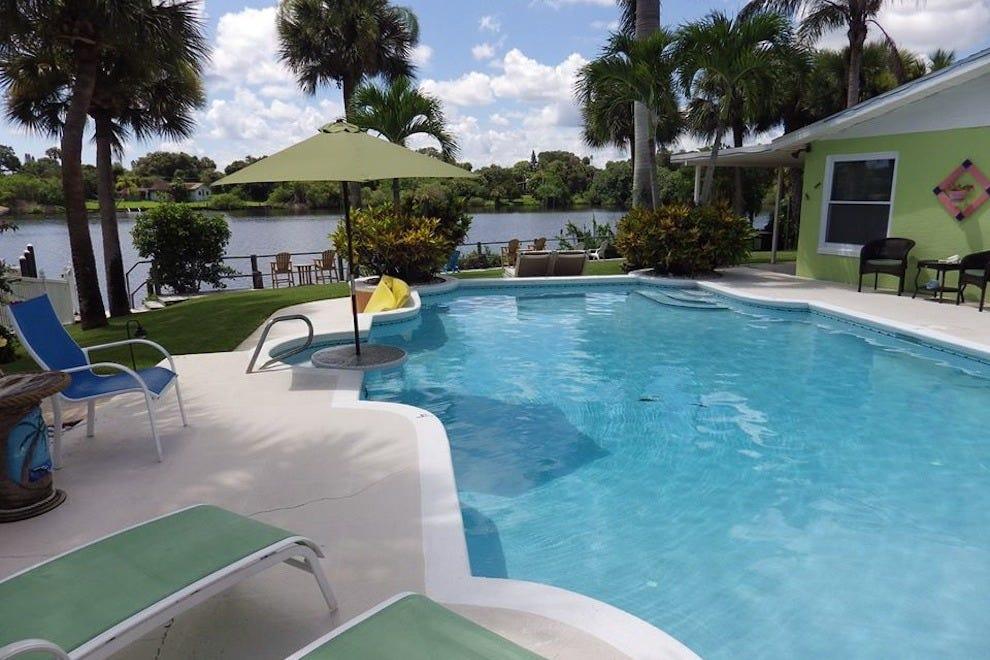 克兰克里克酒店的游泳池区域