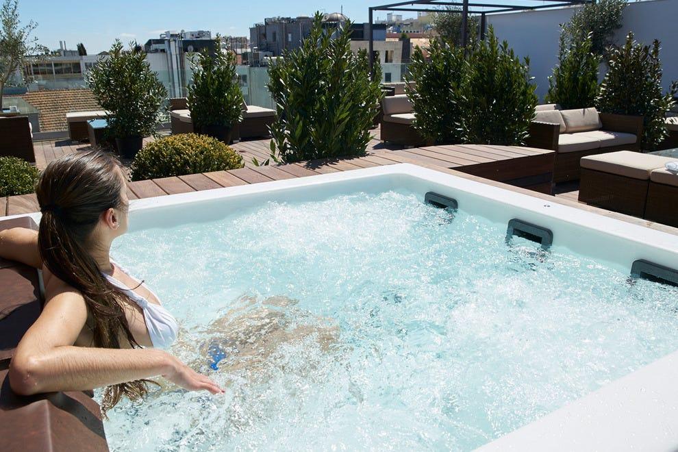 一个极可意按摩浴缸是顶楼甲板7屋顶酒吧和休息室的定义特征