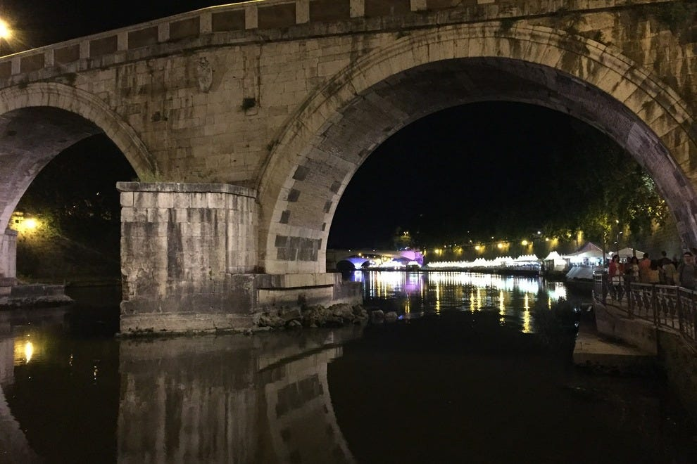 Lights and action all along the Tiber in summer