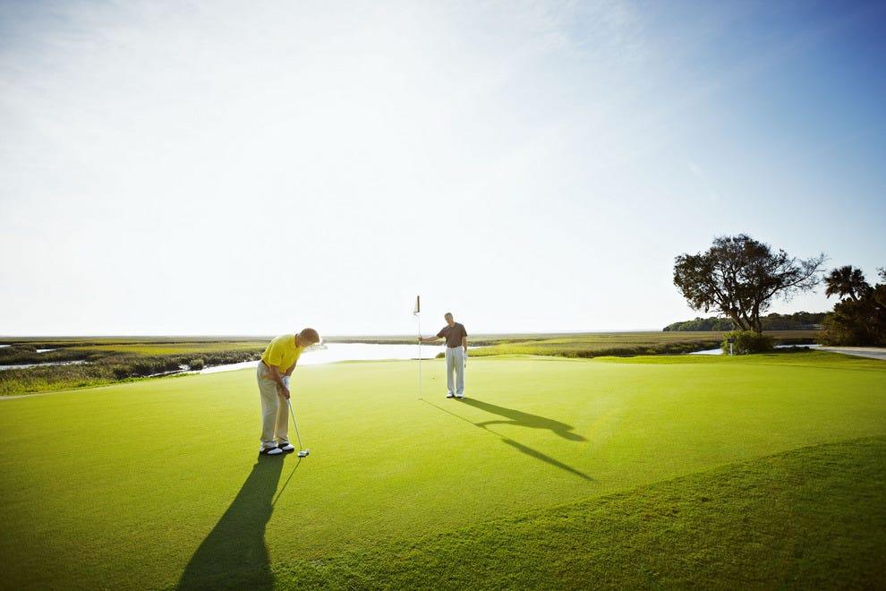 在Omni的三个冠军高尔夫球场之一打球