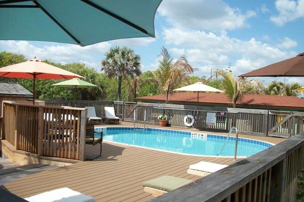 海贝套房度假村的游泳池和甲板区