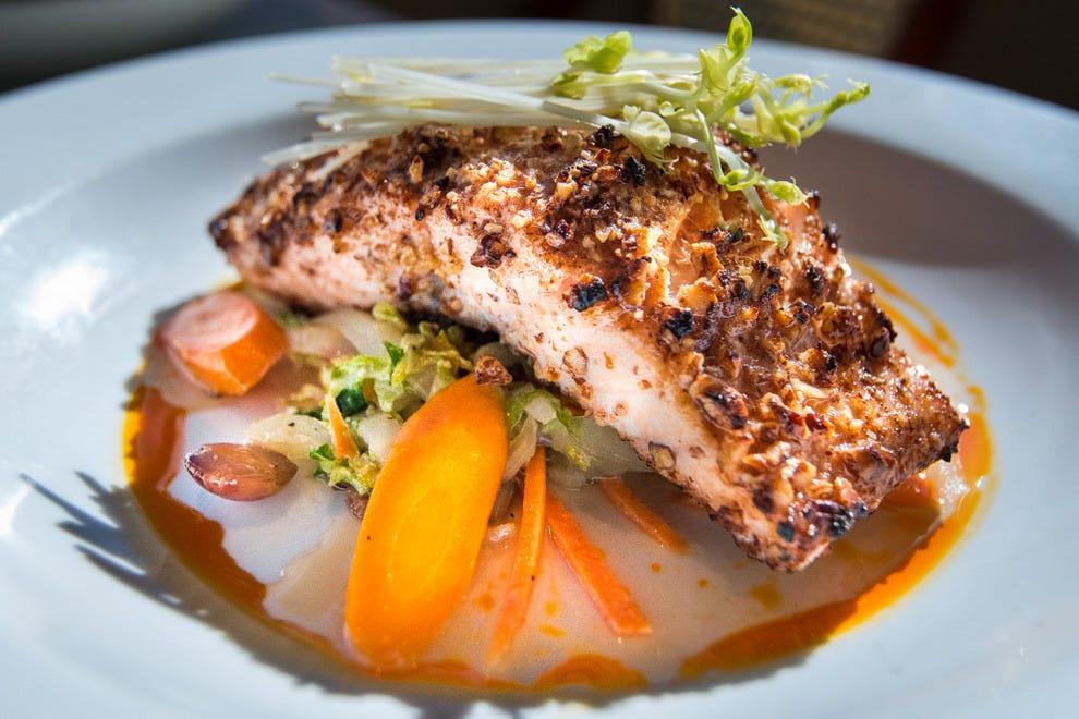 山核桃烤鲑鱼是蓟旅店的一道受欢迎的菜。