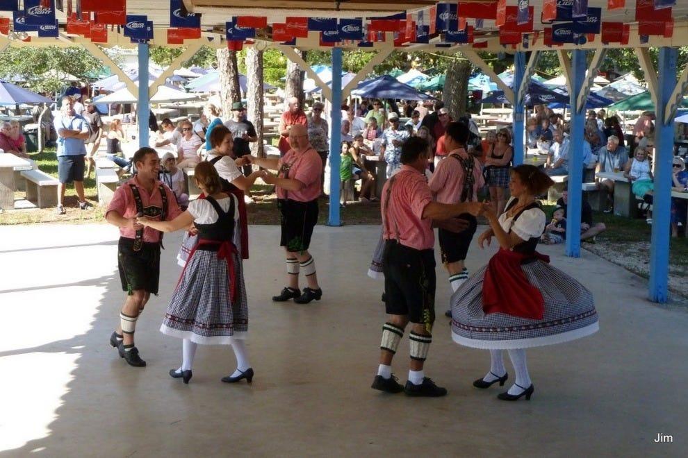 跳舞是Oktoberfest庆典的重要组成部分。