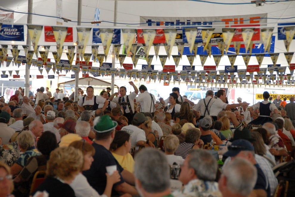 大约4万人穿过位于科勒尔角的Oktoberfest的啤酒帐篷。