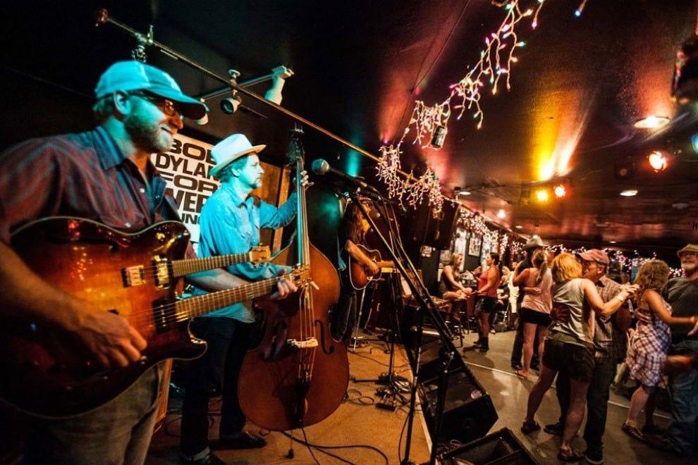 当地人在奥斯卡布鲁斯烧烤店跳舞和乐队演奏!