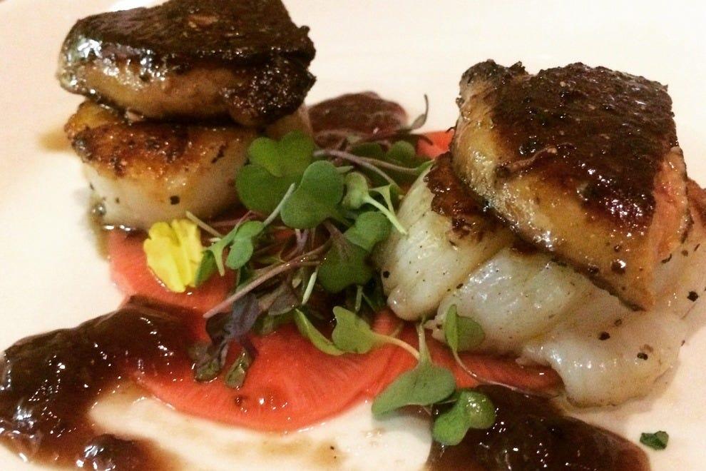 在哈罗德饭店,淋上鹅肝酱的扇贝是一道特别的开胃菜