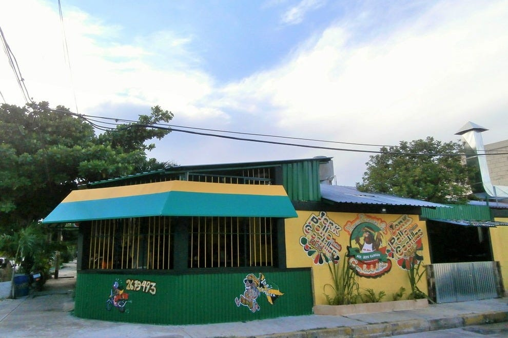 Mr. Jerk Cancun Grill is easy to find, as it's located on a corner on Av. Las Torres
