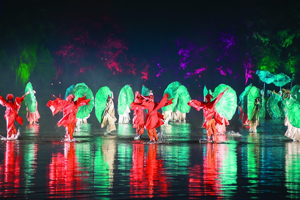 """Impression West Lake"" is performed literally on the water"