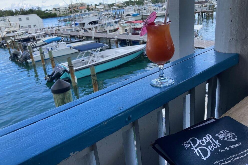 Rendez-vous à Nassau la veille de votre croisière et prenez un verre au Poop Deck au centre-ville