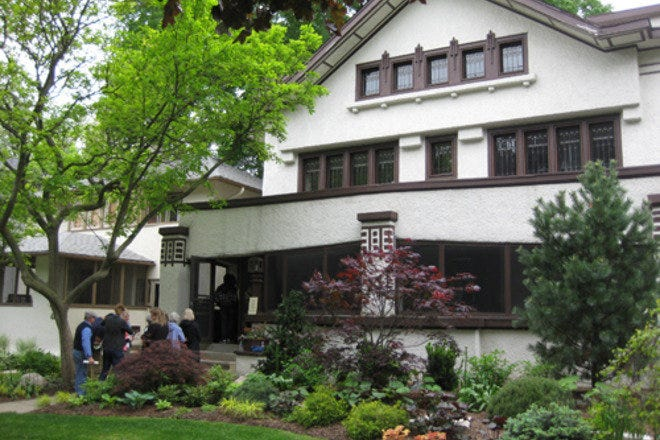 Frank Lloyd Wright Home & Studio and Historic District Tours in Chicago offers walking tours of historic Frank Lloyd Wright homes in the Chicago area.