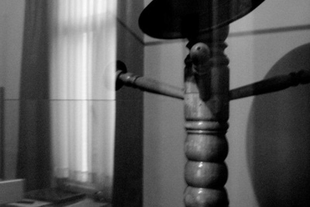 Музей Рене Магритта Лучшие достопримечательности и развлечения Брюсселя Лучшие достопримечательности и развлечения Брюсселя p musee rene magritte magrittes hatstand 54 990x660 201406011209