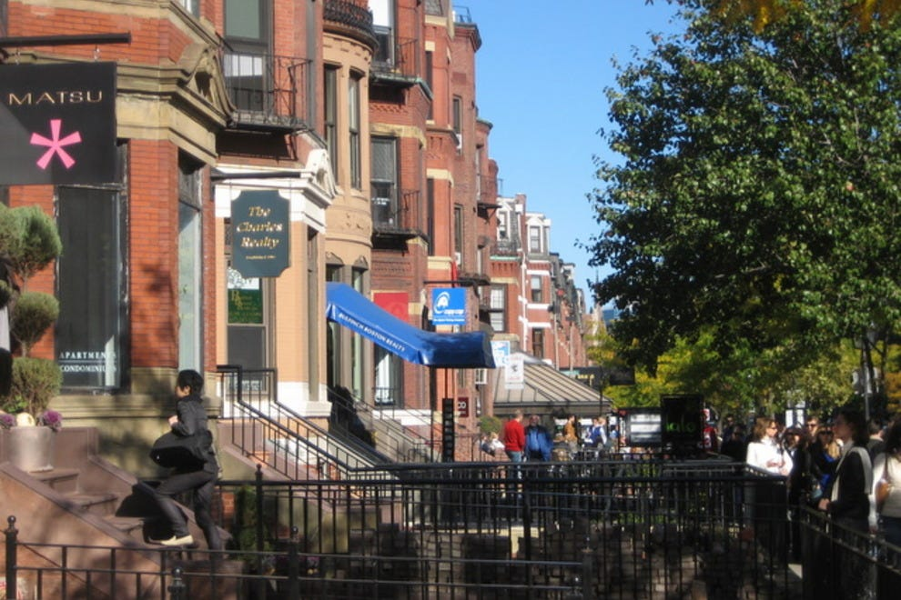 Stretching down the center of Back Bay, Newbury Street is a mile-long strip of high-end designer clothing stores and five-star spas, prominent galleries, and gourmet cafes. On breezy summer.
